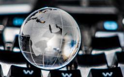 Globe on a keyboard // Foto: Thorben Wengert / pixelio.de