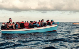 A crowded refugee boat with refugees drifts on the sea west of Tripolis, Libya // Foto: imago / Rene Traut