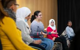 Junge Menschen in einem Seminar