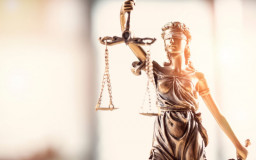 The figure of Justitia stands for finding the right measure of punishment. She wears a blindfold, a pair of scales and a sword. / Photo: sebra/shutterstock
