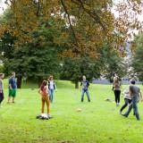 Die Seminarteilnehmer*innen beim Ballspielen auf der Wiese vor dem Reithaus