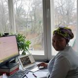 Aline Mugisho sitzt an ihrem Schreibtisch während des Seminars // Foto: Siwan Alkerdi