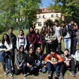 Indische Schüler*innen vor der Gelben Villa der EJBW. Foto: Katharina von der Gönna