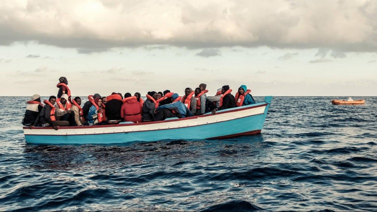 Ein vollbesetztes Flüchtlingsboot mit Flüchtlingen treibt auf dem Mittelmeer westlich von Tripolis, Libyen // Foto: imago / Rene Traut